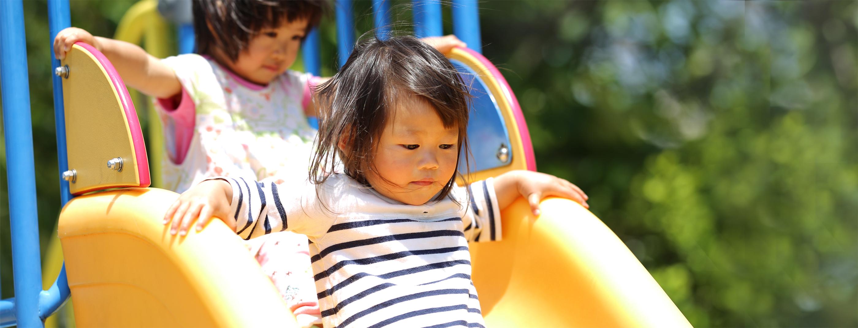 スライド2:外遊びする子どもたち