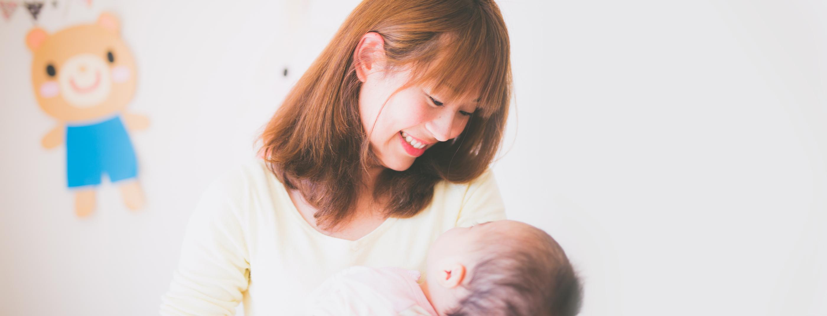 スライド3:託児所おはなうにひぴりのスタッフと赤ちゃん